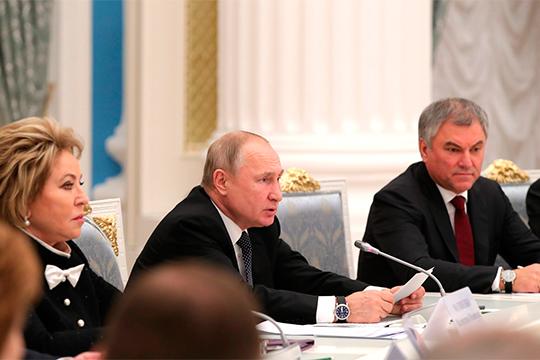 Владимир Путин навстрече сруководством Совфеда иГосдумы покритиковал ОПК запривычку «сидеть нагособоронзаказе» инапомнил, что 2020-й должен стать первым годом без массированного ГОЗа