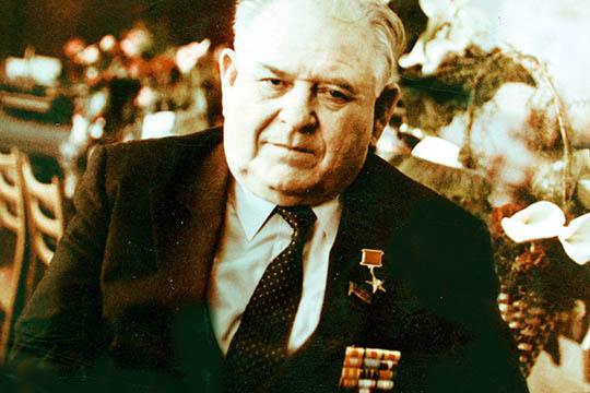 «Между прочим, он, «заотвагу, проявленную вбоях награнице виюне–июле 1941», был представлен тогда кордену Красной Звезды. Нобоевая награда, как видим, отыскала его много лет спустя»
