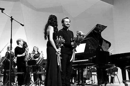 «Я играл смоей удивительной невестой, американской пианисткойДжин Линвсопровождении камерного оркестра. Все вместе отпраздновали нашу помолвку насцене, играя надвух роялях»