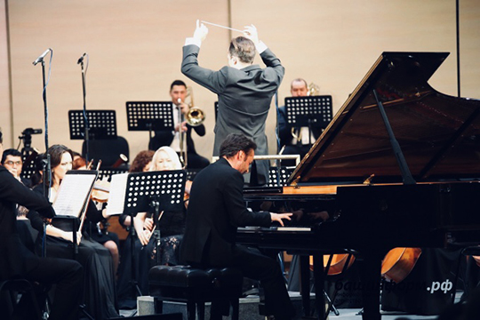 Тимур Мустакимов: «Вдетстве насклассом записали набальные танцы. Танцы меня особенно незаинтересовали, авот пианино, накотором играла Галина Абрамова, запало вдушу»