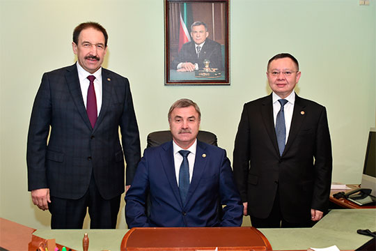 Сегодня утром коллективу минстроя РТ представили нового министра Фарита Ханифова — а заодно проводили в Москву и Ирека Файзуллина