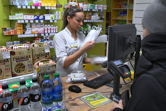 Владимир Путин потребовал закрывать аптеки, завышающие цены на защитные маски из-за коронавируса