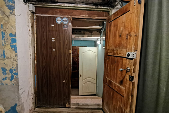 Открывая дверь «коммунальной квартиры», попадаешь в небольшой тамбур, напоминающий старый советский подъезд, который полвека не видел капитального ремонта