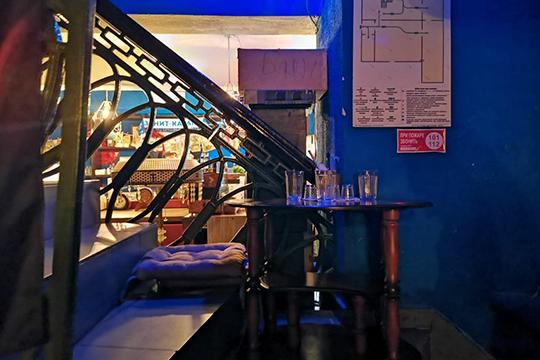 Перешагиваем порог и попадаем в другую комнату — на кухню, которая отделена от зоны со столиками барной стойкой и идущей наверх лестницей. Как шутят жители коммунальной квартиры, «там спит бабушка, которую нельзя будить»