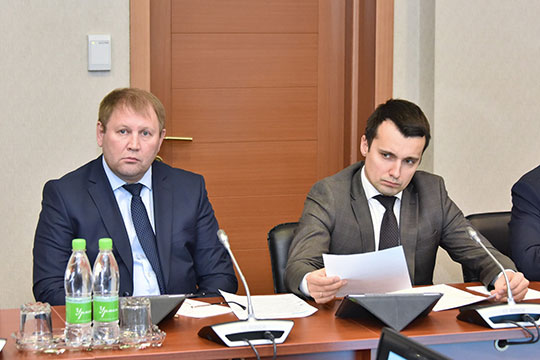 Первый заместитель министра молодежи РТ Тимур Сулейманов (справа): «Суммы, которые предусмотрены бюджетом на пребывание одного ребенка в летнем лагере, давно не соответствуют реалиям»