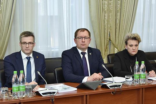 Азат Валеев (в центре): «Меры приняты, на их основе был принят ряд постановлений кабинета министров РТ. Более чем в три раза сократилась дебиторская задолженность по балансу министерства экономики»