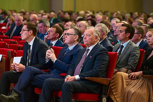 Старший брат Айрата Хайруллина Илшат (в центре) вчера представил коллективу агрохолдинга «Красный Восток» нового руководителя — Аделя Хайруллина (слева)