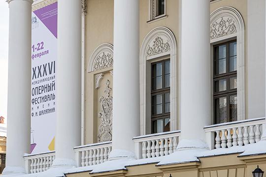 «Примеры национальной архитектуры вгороде есть. Это театр Камала, Оперный театр. Может быть, этого невидно, нотам лейтмотив декоративной темы— татарская весна. Все эти деревья, птицы должны быть весенними»