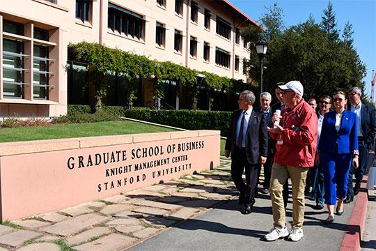 Наконец, Минниханов посетил и знаменитый Стэнфорд, где послушал лекции на базе высшей школы бизнеса: про биомедицину и про виртуальных ассистентов