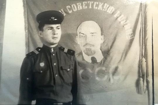 Сержант Султанбеков у знамени части