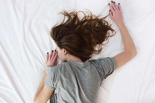 «За ночь все мышцы расслабляются, увеличивается пространство между позвонками, и, если резко встать, можно легко заработать защемление нерва и боль»