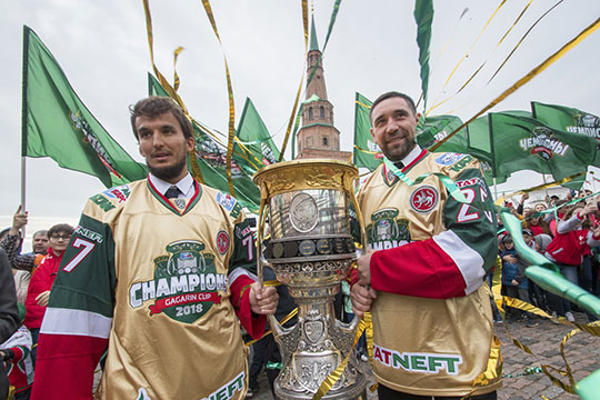 Лучший вратарь прошлогоднего плей-офф и один из главных творцов победы в Кубке Гагарина-2018 Эмиль Гарипов (слева), вероятнее всего, больше не сыграет в этом сезоне