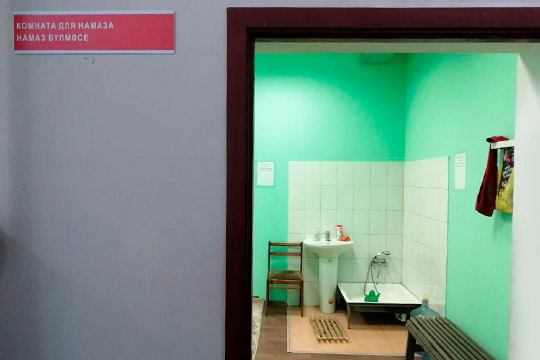 Власов сгордостью показал гостям уютно обустроенные молельные комнаты, как для последователей ислама, так иправославных верующих