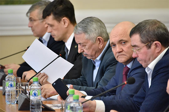 Затем к обсуждению вновь подключился сидевший рядом с Гайнулловым Абдуллин. Внесенные правительством РФ поправки он охарактеризовал как «форс-мажорные»