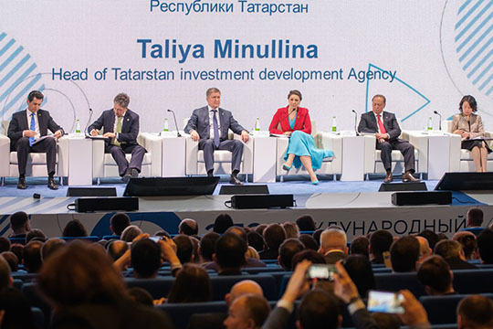 После все отправились напленарное заседание форума. Модерировала встречу Талия Миннулина