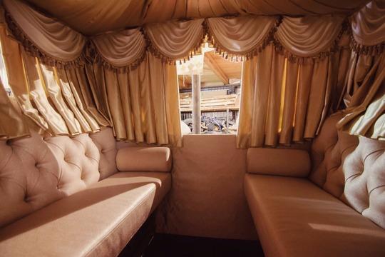 «Самую дорогую карету «Екатерина» мыделали для состоятельного заказчика вОмске, там была дорогая комплектация— вплоть доподогрева сидений, вентиляции иподстаканников, встроенных встолик»