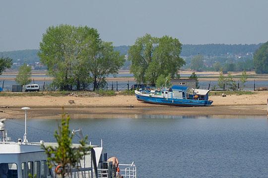 Лодки, яхты, катера — сиротливо стоят на обмелевшей суше, в то время как вода ушла на многие метры вдаль