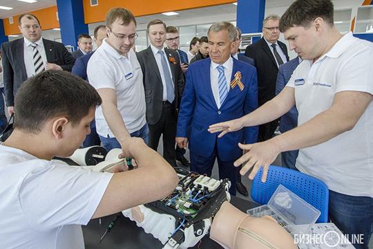 Почти на1,5млрд заказов уООО «Эйдос Медицина», возглавляемоеЛенаром Валеевым (справа)