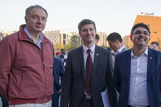 Ректор Иннополиса —Александр Тормасов(слева)— отвечает занаучные разработки,Кирилл Семенихин(в центре) занимаетсяуправлением вузом истратегией его развития