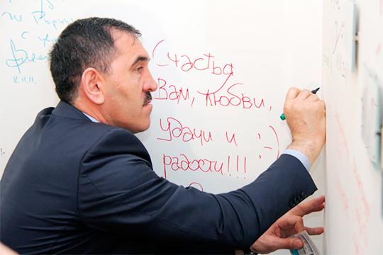 Канал «Спросите уРасула» пишет, что вИнгушетии народ начал требовать отставкиЮнус-Бека Евкурова,которого депутаты парламента переназначили надолжность главы республики впрошлом году