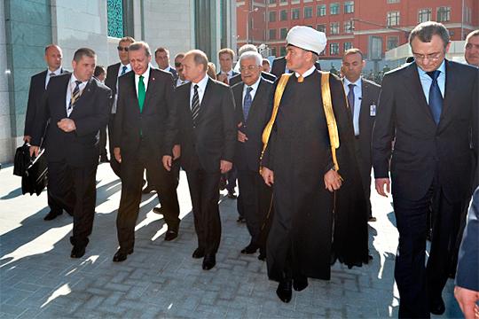 На открытии реконструированной Московской соборной мечети. Справа налево - Сулейман Керимов, Равиль Гайнутдин и Махмуд Аббас, Владимир Путин и Реджеп Тайип Эрдоган