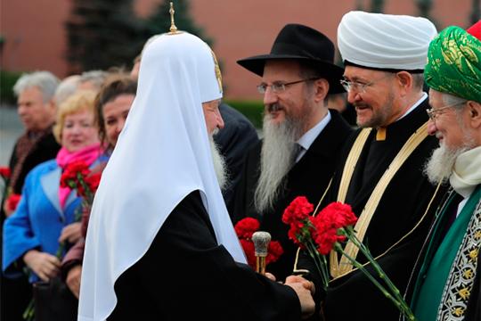 «Мы, российские мусульмане, имеем огромный опыт мирного сосуществования с традициями других народов и религий»(с Патриархом Кириллом, главным раввином Берл Лазаром и верховным муфтием Талгатом Таджуддином (слева направо)