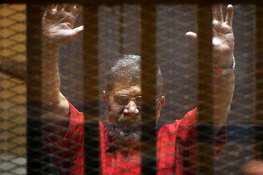 17июня прямо вовремя судебного заседания поделу ошпионаже впользу Катара скончался 67-летний экс-президент ЕгиптаМухаммед Мурси