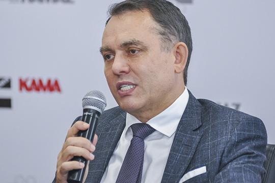 Ирек Гумеровзаявил, что КАМАЗрешил отказаться отеще более мощных двигателей ISG до500 л.с.,которымпредпочлианалогичныедвигатели отDaimler