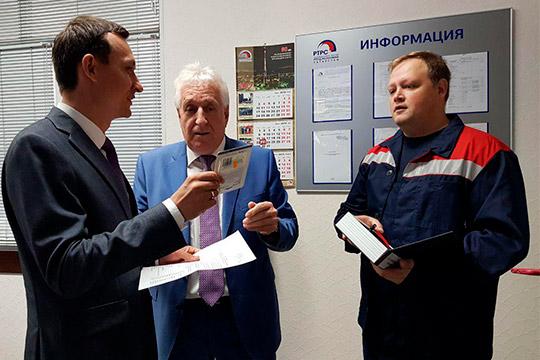 Владимир Якимов показал Айрату Хайруллину новые мультиплексы, антенны, аппаратную и рассказали, как вообще осуществляется трансляция сигнала