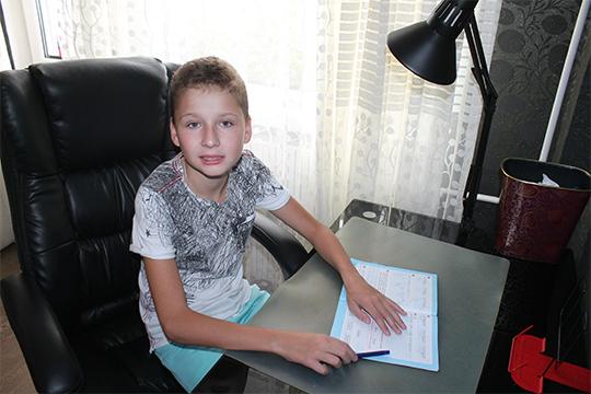 Хотя мальчик родился здоровым, в 2011 году врачи поставили ему диагноз «тяжелый аутизм»