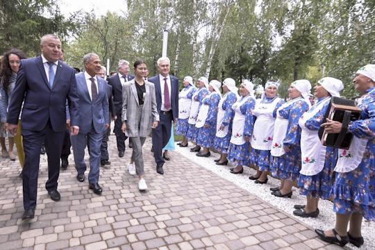 Экскурсию поскверу вела для президента симпатичная девушкаКамиллаизказанской компании, которая проектировала парк