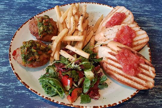 Пиренейский бранч — воздушные котлетки из трески и копченой скумбрии с соусом пири-пири, салатом из свежих овощей, картофелем фри и пан кон томате. Здесьвсе совпало