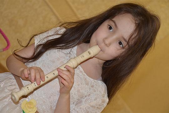 Софии Сякаевойвэтом году исполняется 6лет.Она синтересом занимается вподготовительной школе, ходит натанцы ипродолжает заниматься вмузыкальной школе, где уже успешно играет наблок-флейте