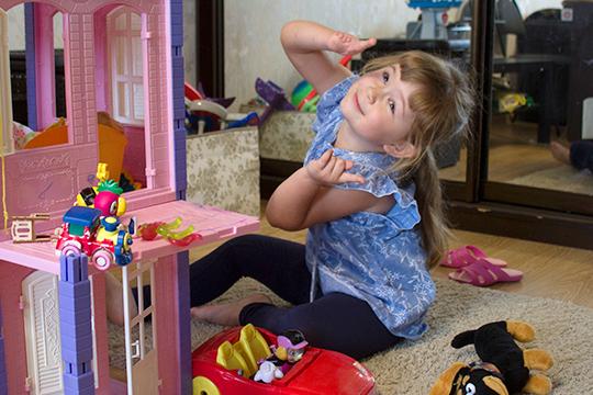 Сейчас Даше 4 года и, пословам мамы, она подросла иизменилась.Совсем скоро Дашу ждет новая операция ипересадка двух пальцев, апока Даше нужныпротезы— ведь девочка растет иихнужно менять