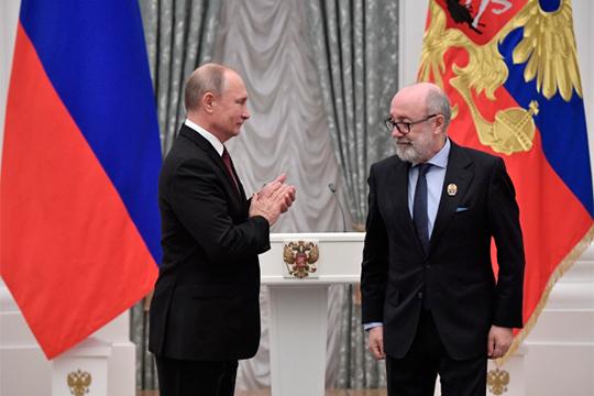 Льву Амбиндеру (справа) президент Росссии Владимир Путин вручил госпремию за выдающиеся достижения в области благотворительной деятельности 2018 года