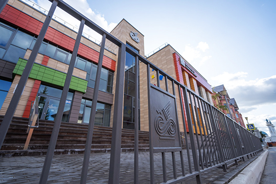 Международная школа Казани – это самая дорогая школа в республике: стоимость обучения — 57-65 тысяч рублей в месяц в зависимости от класса (детский сад подешевле, старшая школа подороже)