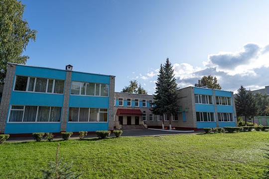 Частная школа «Елена-Сервис», основанная в 1992 году, — это одна из первых негосударственных школ России. Она готова обучать детей за 13 тысяч рублей в месяц плюс вступительный взнос — 10 тысяч
