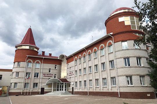 В Альметьевске элитной платной школой считается школа № 23 «Менеджер» — для детей нефтяников, которая расположена в здании в виде замка на ул. Кирова