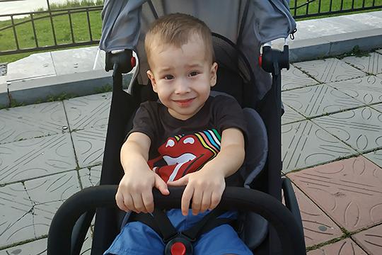 Самиру Салихову из Альметьевска три года, у мальчика врожденная двусторонняя косолапость