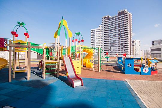 В инфраструктуру жилого комплекса входит и детская площадка, которая расположена на крыше торгового центра. Вход возможен только по чипам, которые есть только у жителей Sunrise City