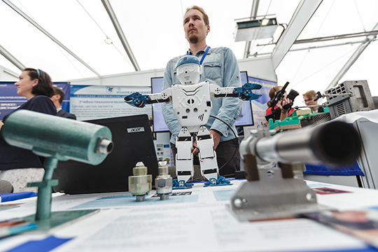 Тренажеры в 3D-формате и оборудование с элементами виртуальной реальности обучает и повышает квалификацию по 126 программам операторов, рабочих, технологов, инженеров