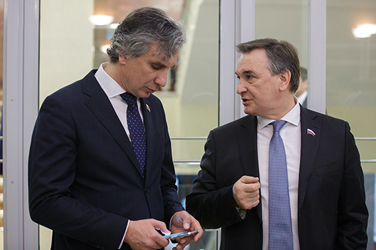 Равиль Хуснуллин (справа) кроме Татарстана лоббирует медицину и фармацевтику. Ирек Зиннуров (слева) пока не внес никаких законопроектов и отнесен к действующей по умолчанию группе лоббистов РТ