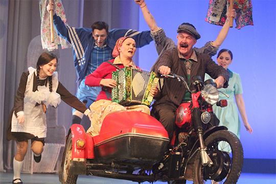 Не обделили авторскими гонорарами и главного режиссера театра им. Камала Фарида Бикчантаева. За право использования своей постановки «Взлетел петух на плетень» он получил 61 тыс. рублей