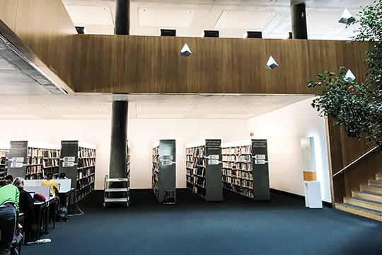 Библиотека университета Больцано.«Библиотеки открыты иввыходные дни, имест там иввоскресение практическинет. Все свои работы студенты выполняют именнотам. При этом они делают перерывы, выходят прогуляться или выпить кофе»
