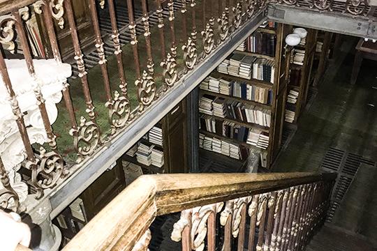 Библиотека при КФУ. «Библиотека им.Лобачевского КФУ неодно десятилетие была местом притяжения студентов иаспирантов. Студенты сразу после занятий спешили занять себе место всоответствующем зале библиотеки»