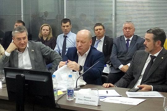 Алексей Кошелев (в центре): «Почему вы не движетесь с 2013 года? Давайте поразбираемся»