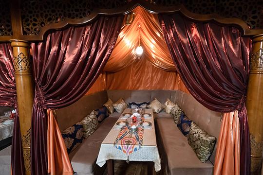 «Все, что вывидите впомещении, привезено изУзбекистана. Шкатулки для чаевых, хлебницы, ковры наполу, которым по30-40 лет, идаже входная дверь— все это сделано руками ихмастеров»