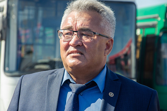 «Если следовать букве закона, товместо 3-4 автобусов намаршруте останется только один. Ситуацию непереломить без увеличения зарплат водителей, иначе они работать непойдут»,— говорит Юрий Иванов