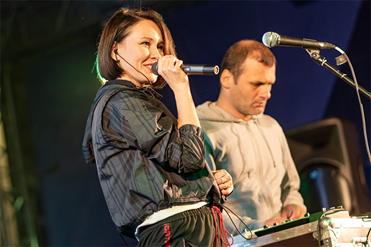 Где-то определение «татарская музыка» выглядит условностью, ведь впеснях дуэта «Аигел» (на фото),СуперАлисыилиЛэйнытатарский язык выглядит лишь неким штрихом, подчеркивающем колорит композиции