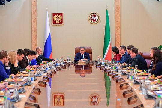 За два часа обсудили многое: новые планы «Татнефти», стратегию развития татарского народа, программу «Наш двор», дно, на которое опустился «Рубин», безработицу на селе, 100-летие ТАССР, страсти вокруг МСЗ и даже татарскую моду